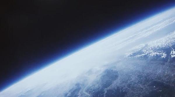 """从昨天上午开始,一篇名为《少年不可欺》的文章在微博以及微信朋友圈疯传。故事的主角是一名19岁,名为NikoEd·wards的独立创意人。他在今年9月和6人团队一起发射气球并拍摄下了地球在太空中的美丽景象。但令他气愤的是,优酷和陌陌两大互联网公司随后却剽窃了他的创意,而且是通过告知合作的方式""""欺骗""""了他的信任。这篇文章发出后微博转发已经超过11万次。优酷和陌陌两大互联网公司昨天也紧急发表声明,优酷称已展开专项调查,如属实将严肃处理,而陌陌则表示,已在第一时间在全平台停"""