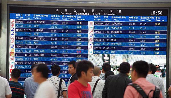 5月10日,救援人员在起吊事故飞机。当日,幸福航空一架MA60飞机在执行JR1529义乌至福州的航班过程中,于北京时间11时57分在福州机场落地时冲出跑道,造成机场航班大面积延误或取消。自中午12点至记者发稿时,福州机场没有航班起飞。