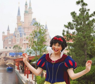 """""""白雪公主""""在上海迪士尼乐园内迎客"""
