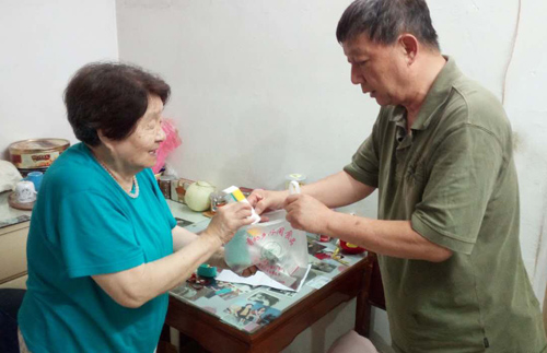 志愿者王老师帮独居老人乐奶奶配药