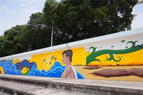 """6月8日,是世界海洋日,占地球表面70%的海洋,是驱动着全物种居住的地球系统中重要的一环。保护海洋这一重要的全球资源已经成了当前全人类的使命。6月7日,在崇明相关部门的牵头下,8位来自""""艺高高artgogo""""机构的艺术家们,在崇明南门江堤码头开展了以""""海洋""""和""""生态""""为主题的墙体公益彩绘。彩绘的内容主要体现海洋、生态、人文、河长制等,引导市民重视海洋资源、参与生态系统保护,也为前来江堤休闲的人们带来了一股清新的海洋风。     图为:来自""""艺高高artgogo""""机构的艺术家们正在认真地"""
