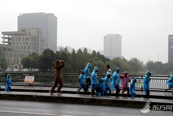 东方网-齐聚戏剧a戏剧跑雨中互动千人开赛嘉定吊带睡裙透明情趣内衣图片