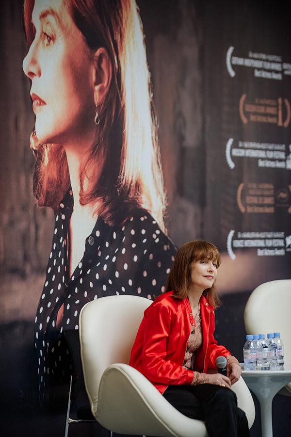 凭借《钢琴教师》《八美图》《爱之谷》《她》等电影里的出色表演