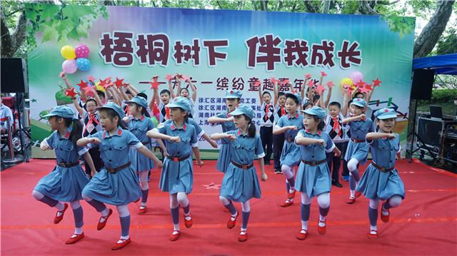 稿件          喜庆的音乐响起,五原路幼儿园小朋友的《水之灵》舞蹈