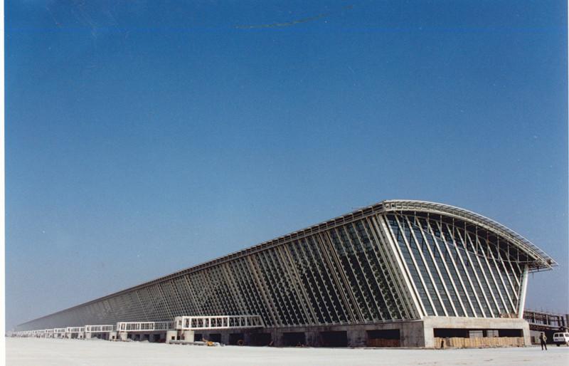 1998年制造出浦东国际机场航站楼登记长廊钢结构