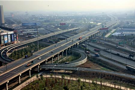 距虹桥机场20公里,境内有3条高速公路(g2京沪高速